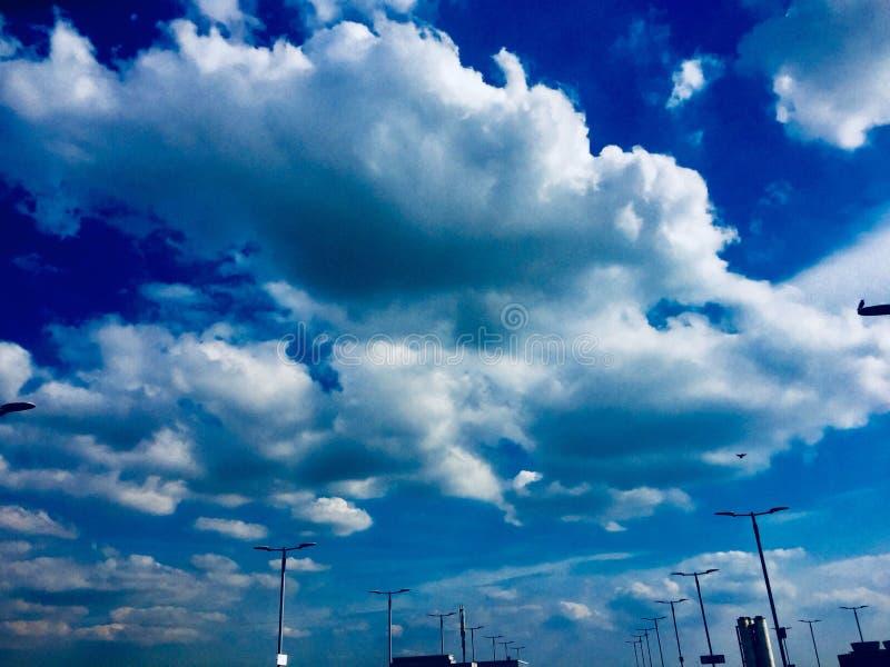 Den förhöjda blåa himlen arkivbilder