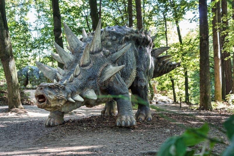 Den förhistoriska dinosaurien gillar stegosaurusen i natur arkivbild