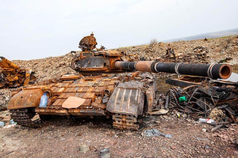 Den förstörda behållaren, krig åtgärdar efterdyning, den Ukraina och Donbass konflikten royaltyfri foto