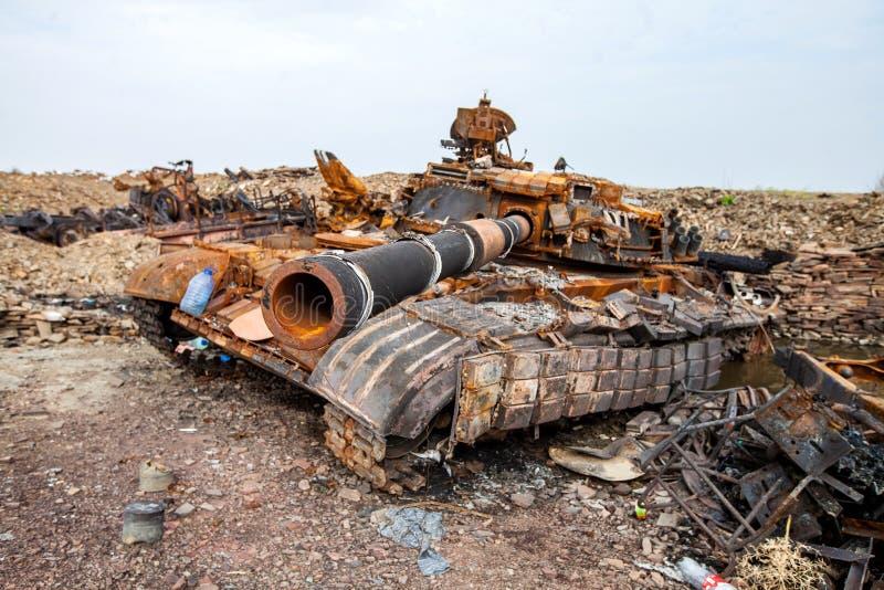 Den förstörda behållaren, krig åtgärdar efterdyning, den Ukraina och Donbass konflikten arkivfoto