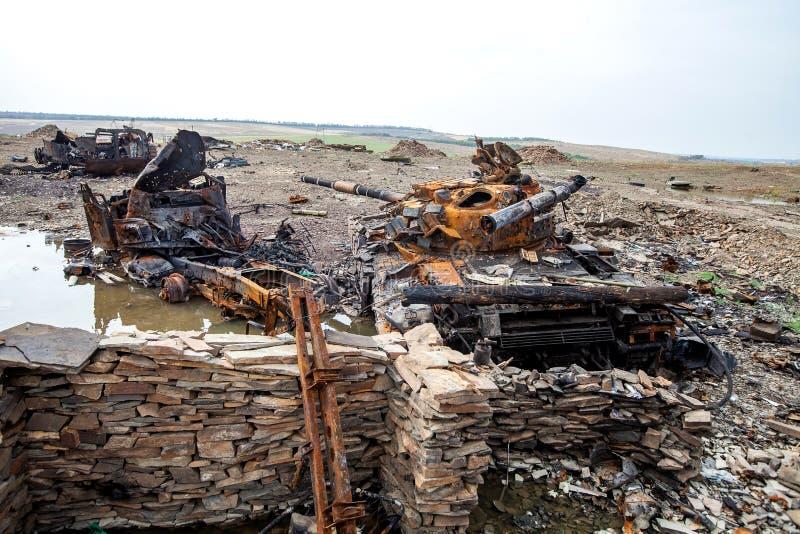 Den förstörda behållaren, krig åtgärdar efterdyning, den Ukraina och Donbass konflikten royaltyfria foton