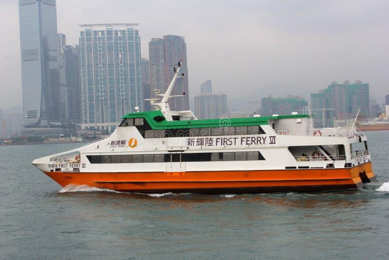 Den första färjan förbinder den centrala ön i Hong Kong och andra öar royaltyfri foto