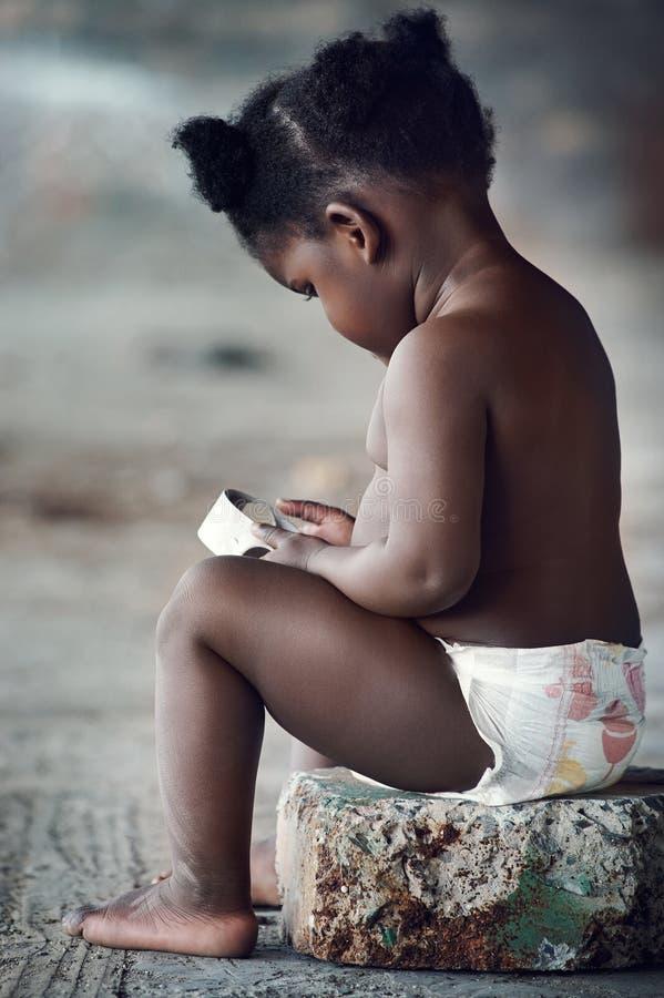 den förtjusande afrikanen behandla som ett barn royaltyfri foto