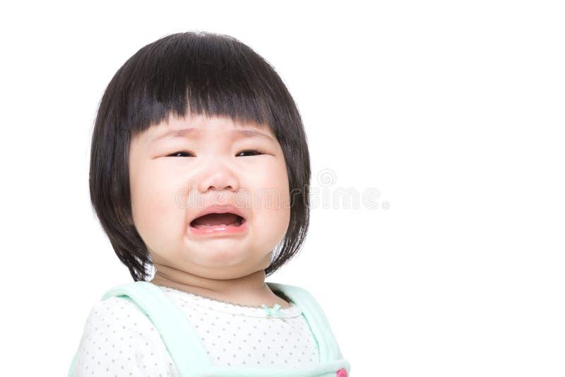Den förtjusande asiatet behandla som ett barn gråt royaltyfri bild
