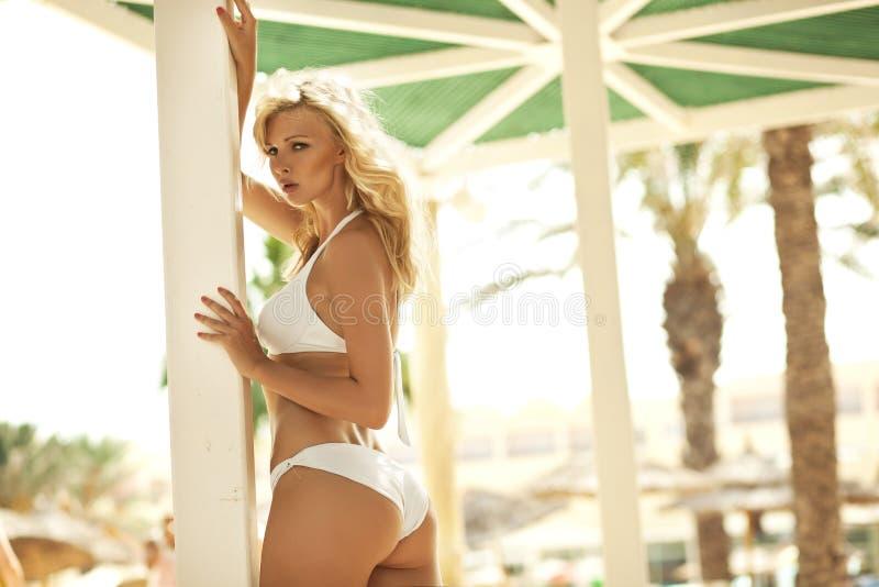 Den förtjusande blonda kvinnliga modellen i sexigt poserar royaltyfri bild