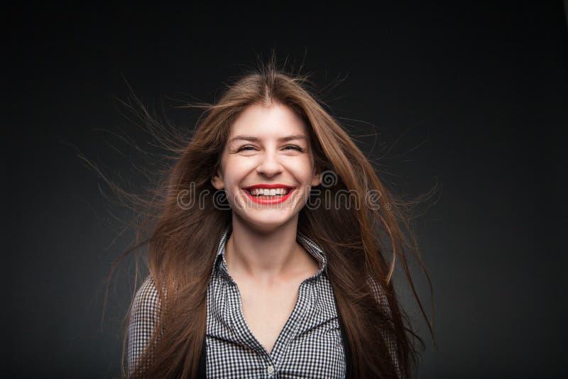 Den förtjusande flickan grinar fotografering för bildbyråer