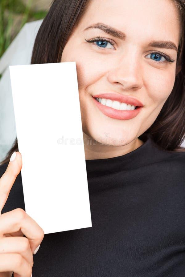 Den förtjusande innehavasken för den unga kvinnan med tomt utrymme kan du förlägga dig text eller logoen Skönhetsmedelbransch tät royaltyfri bild