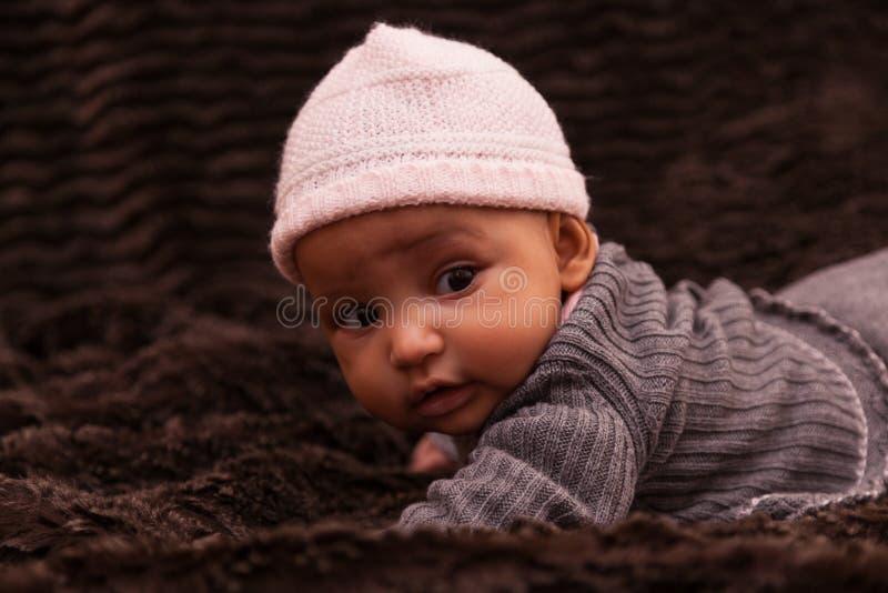 Den förtjusande lilla afrikanska amerikanen behandla som ett barn flickan fotografering för bildbyråer