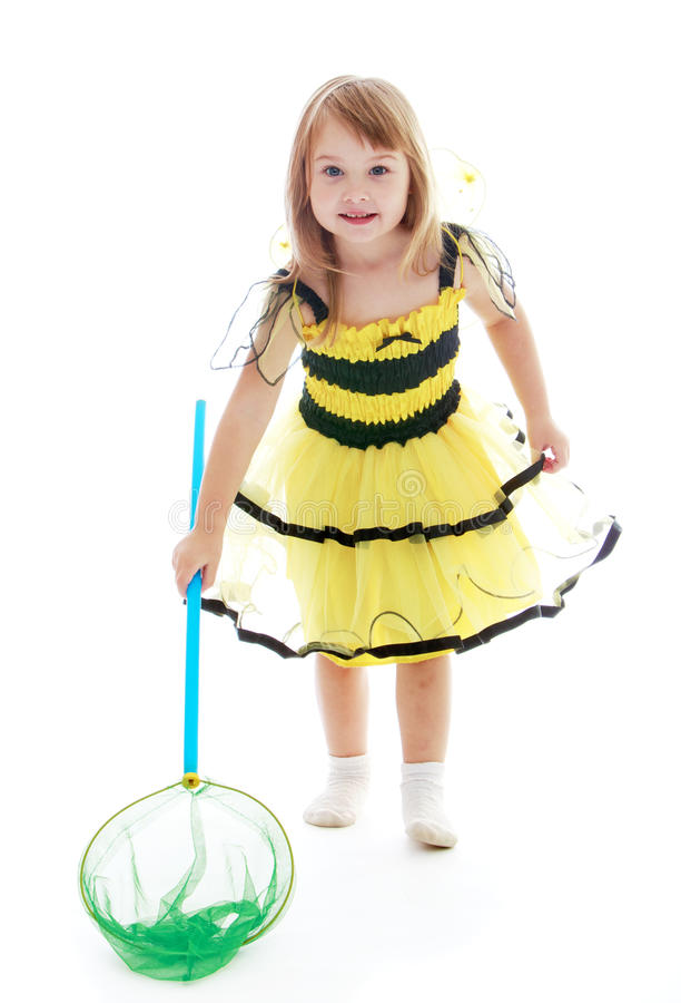 Den förtjusande lilla flickan med en fjäril förtjänar för arkivfoto