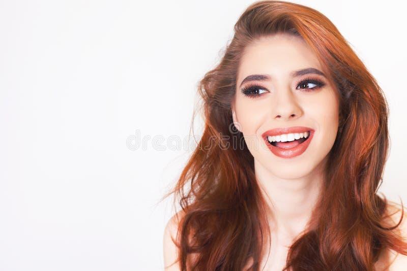 Den förvånade unga kvinnan med sunt perfekt hår och vit ler royaltyfria foton