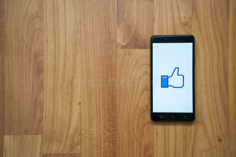 Den Facebook tummen gillar upp på smartphonen fotografering för bildbyråer