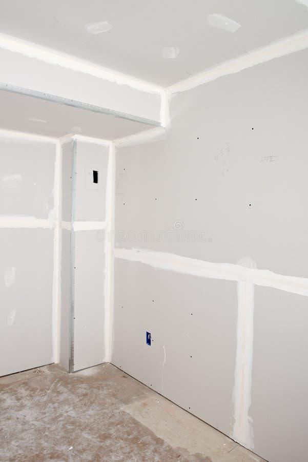 Hemförbättring hus omdanar, drywallen installerar arkivbild