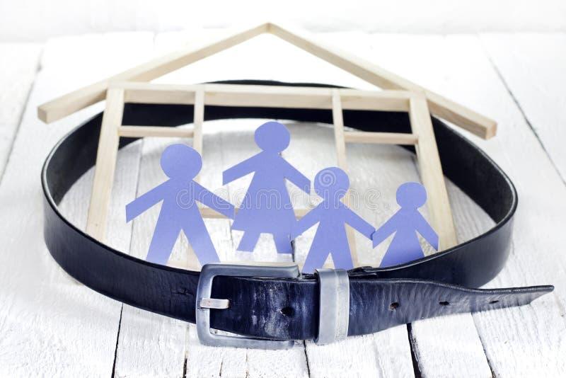 Den familjhemmet och krisen med drar åt bältet arkivfoto