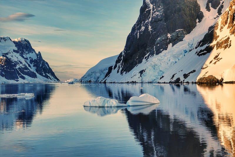 Den fantastiska landcapen av Antarktis royaltyfria bilder