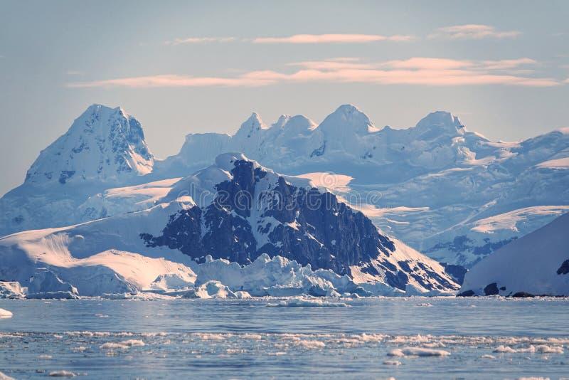 Den fantastiska landcapen av Antarktis royaltyfri foto