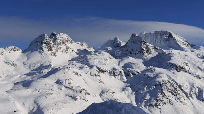 Den fantastiska sikten över snow räknade berg fotografering för bildbyråer