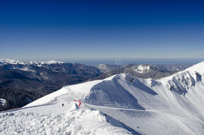 Den fantastiska sikten av de Kaukasus bergen fr?n Rosa Peak p? skidar semesterorten Rosa Khutor Russia royaltyfri bild