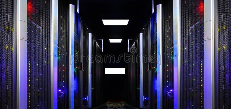 Den fantastiska sikten av den moderna serverrumsymmetrin rangordnar supercomputersljus arkivfoto