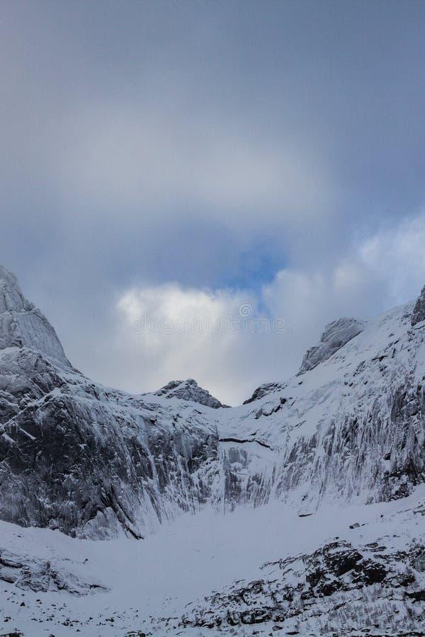 Den fantastiska sikten från nusfjordveien vägen till glaciären bjorntinden saut royaltyfri fotografi