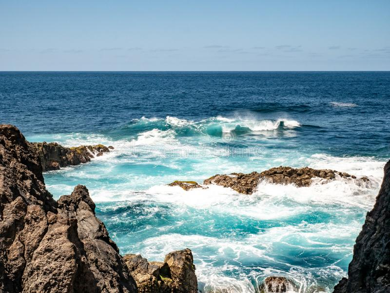 Den fantastiska sikten från vaggar i havet royaltyfri foto