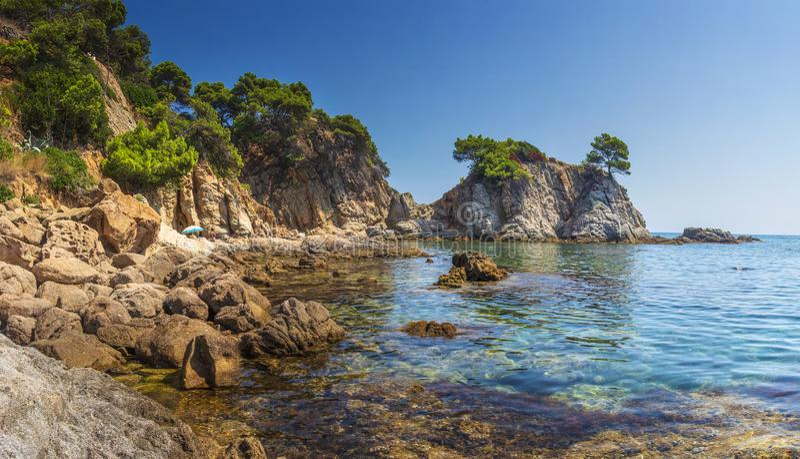 Den fantastiska sikten vaggar på, stenar och havskusten i den spanska medelhavet, fjärden i Lloret de Mar, Costa Brava, Spanien royaltyfri foto
