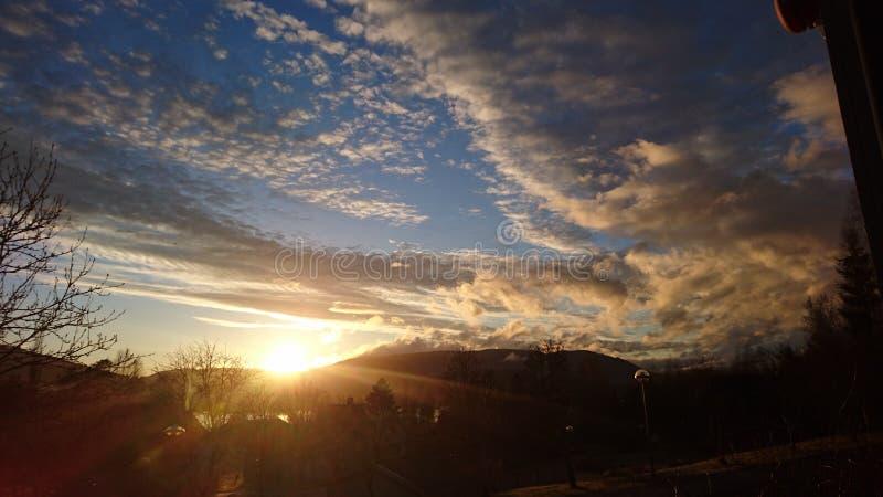 Den fantastiska solnedgången i Norge arkivfoton