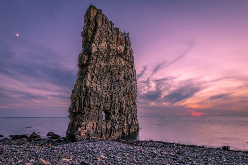 Den fantastiska solnedgången nära seglar vaggar i Ryssland royaltyfri foto