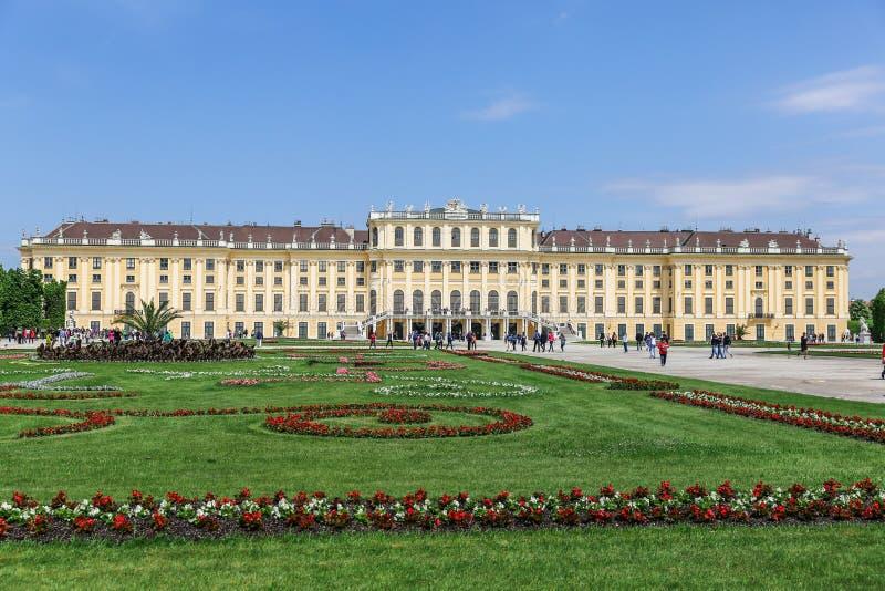 Den fasadSchonbrunn slotten och blommorna, Wien arkivbild