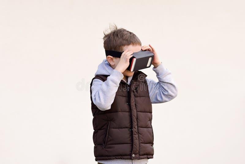 Den fascinerade hållande ögonen på filmen för pysen i VR-virtuell verklighet rullar med ögonen arkivbilder