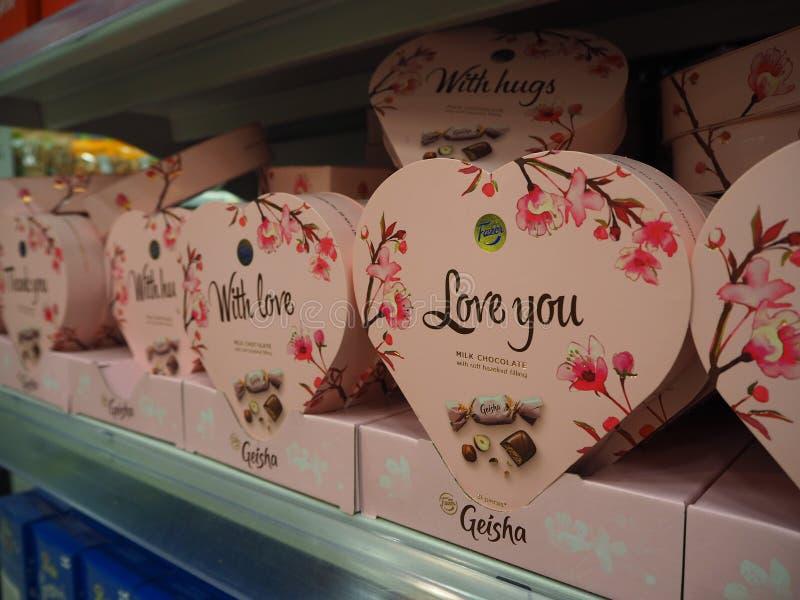 Den Fazer geishaen mjölkar choklad med en unik mjuk hasselnöt som fyller i hjärtan, formade askar på supermarkethyllan royaltyfria foton