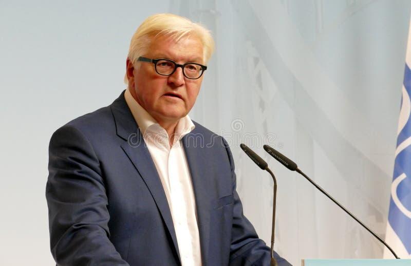 Den federala utrikesministern Dr Frank-Walter Steinmeier rymmer en presskonferens royaltyfria foton