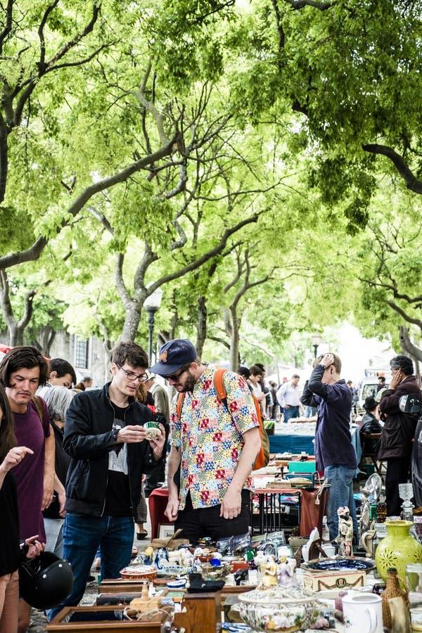 Den Feira da ladraen, en loppmarknad rymde två gånger tilldragning veckovis av lokalen arkivbild