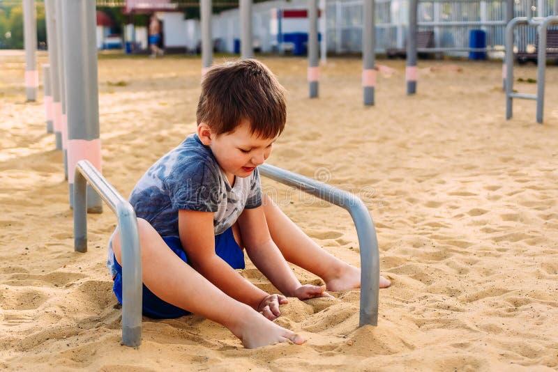 Den femåriga pojken spelar med sand fotografering för bildbyråer