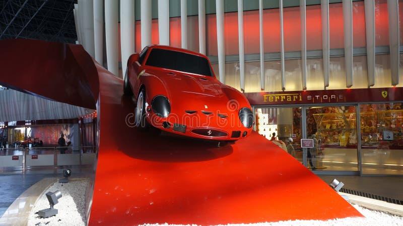 Den Ferrari världen parkerar i Abu Dhabi royaltyfria bilder