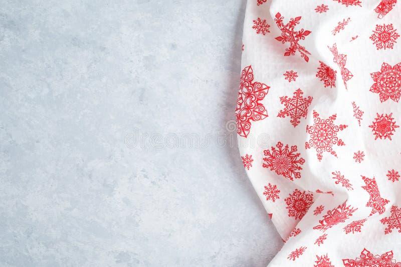 Den festliga den julkökshandduken eller servetten över tabellen, kopieringsutrymme, den bästa sikten, lägenhet lägger royaltyfria bilder