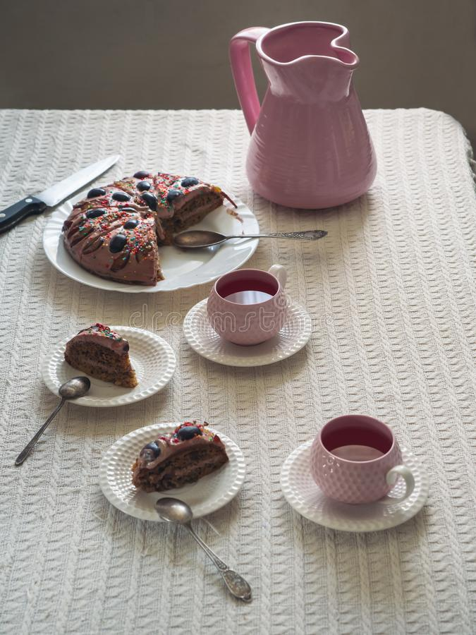 Den festliga lantliga tabellen med den hemlagade kakan och drinken i keramiskt rånar royaltyfria foton