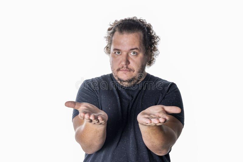 Den feta mannen sträcker hans armar framåtriktat på vit bakgrund arkivfoton