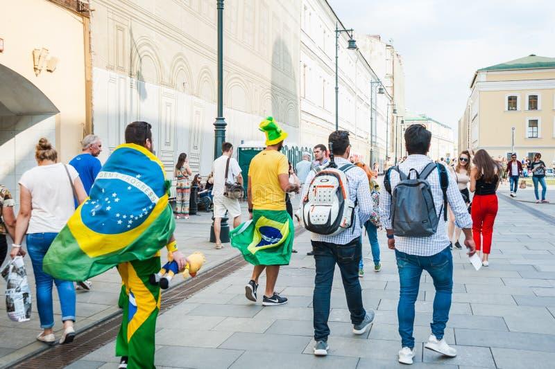 Den FIFA världscupen 2018 Brasilianska fans med flaggorna av Brasilien kom ut ur gångtunnelen på den Bogoyavlensky gränden royaltyfria foton