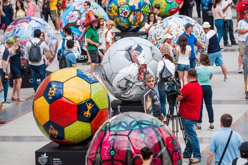 Den FIFA världscupen 2018 Ett nationellt hus för mexikan fläktar i Gostiny Dvor Beröm av dagen av dödaen Stora fotbollbollar I royaltyfria bilder