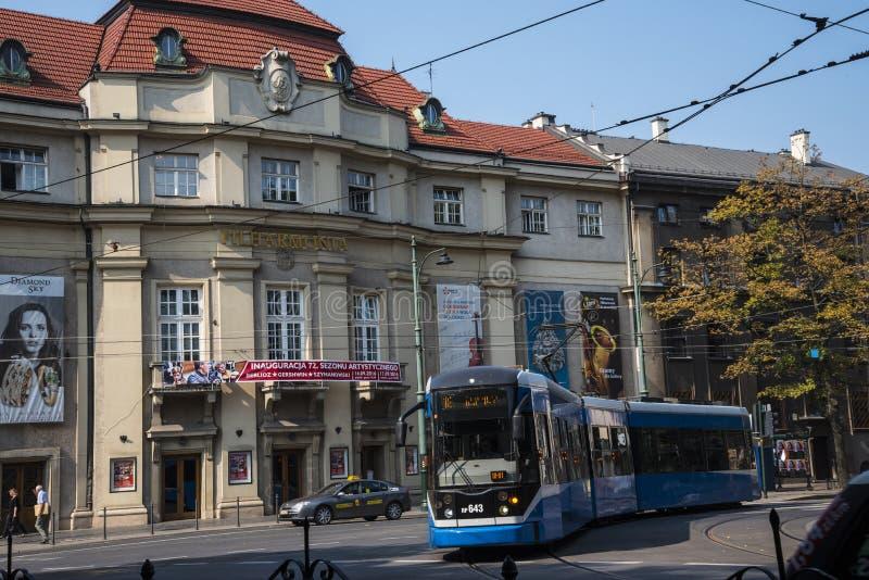 Den filharmoniska Hallen och spårvagnen i Krakow Polen royaltyfria foton