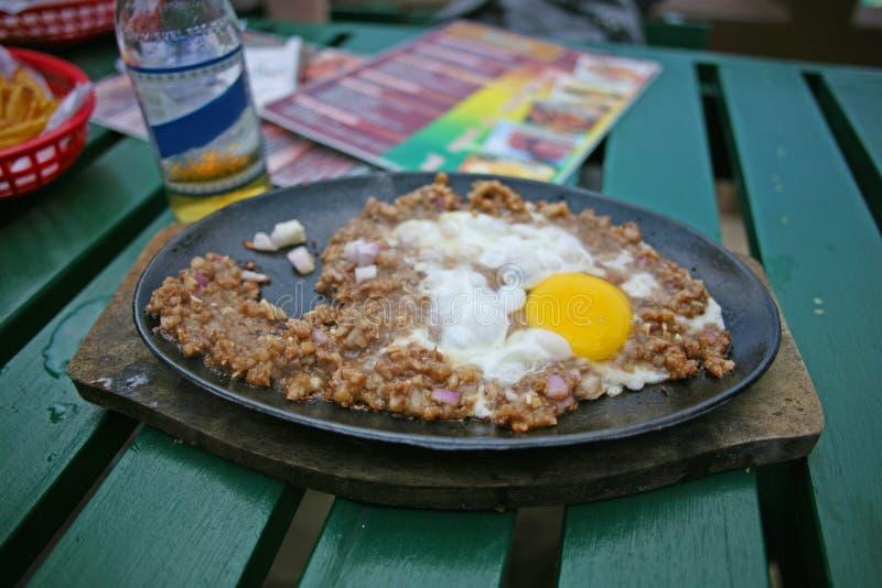 Den filippinska maträtten av sisig royaltyfri fotografi