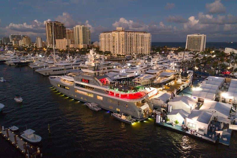 Den flyg- bilden av lyx seglar på Fort Lauderdalefartyget 2017 S arkivbild