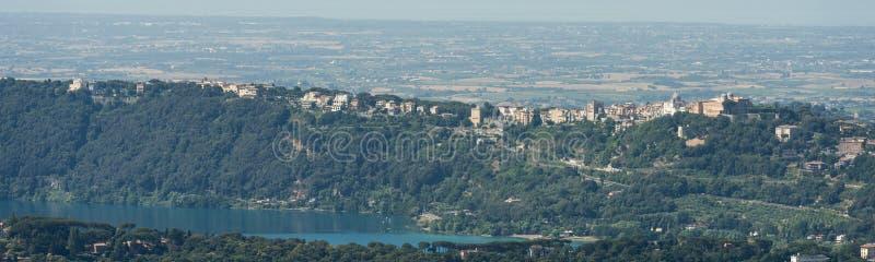 Den flyg- bilden av med calderaen namngav Lago Albano Lake Albano royaltyfria foton