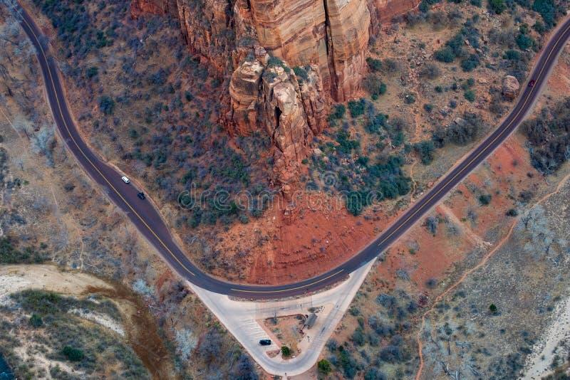 Den flyg- landskapsikten av vaggar klippor och en väg i den Zion medborgaren royaltyfria foton