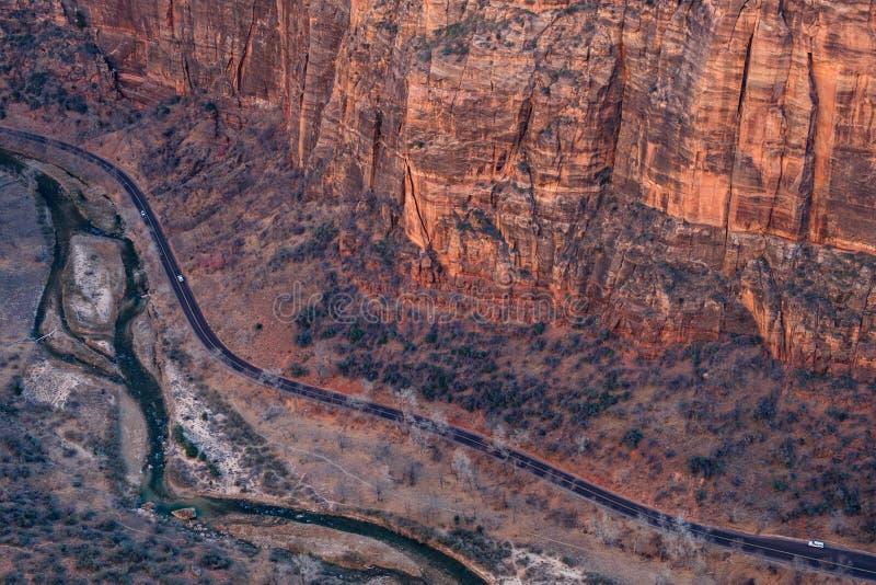 Den flyg- landskapsikten av vaggar klippor och en väg i den Zion medborgaren royaltyfri bild