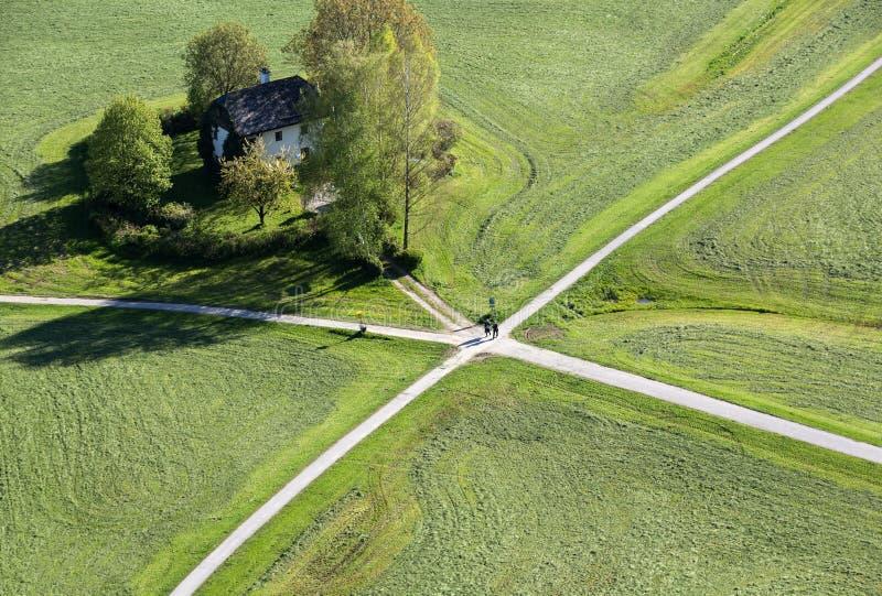 Den flyg- panoramautsikten av den Hohensalzburg fästningslotten på odlingsmark delade uppifrån vid korsningen vägvägar sal royaltyfria bilder