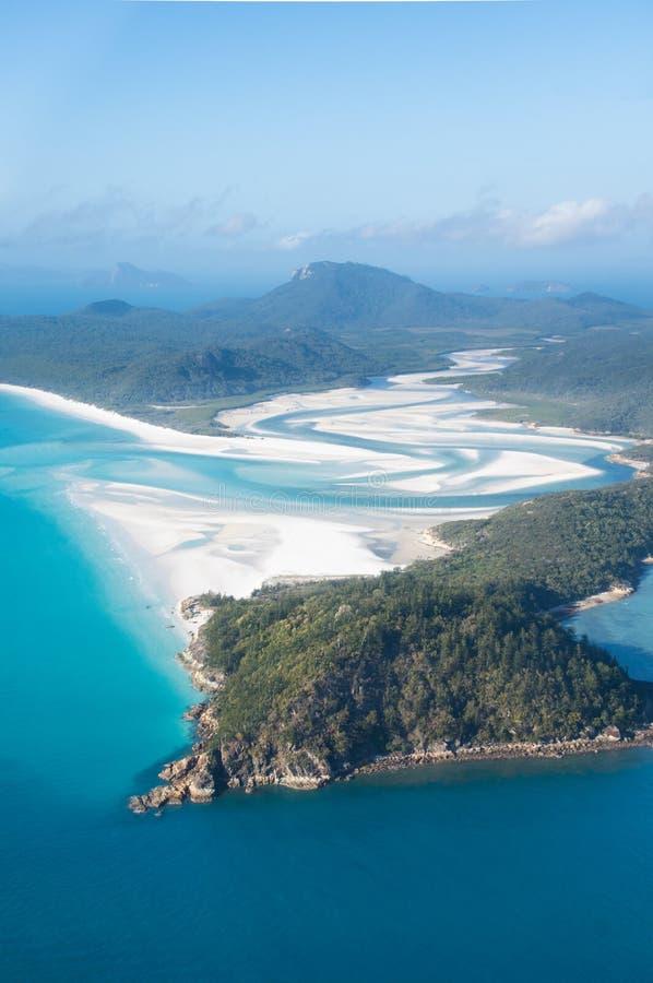 Den flyg- sikten över whiteheaven strand- och turkosvatten på fjärden royaltyfria bilder