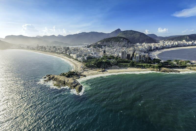 Den flyg- sikten av byggnader på Copacabanaen och Ipanema sätter på land i Rio de Janeiro royaltyfri fotografi