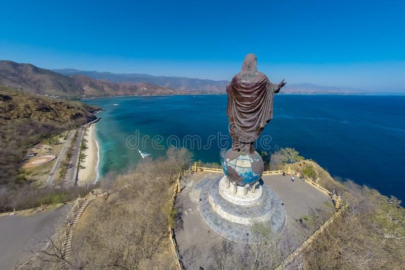 Den flyg- sikten av Cristo Rei av Dili, den höga statyn av Jesus Christ lokaliserade uppe på ett jordklot i den Dili staden, Östt royaltyfria foton