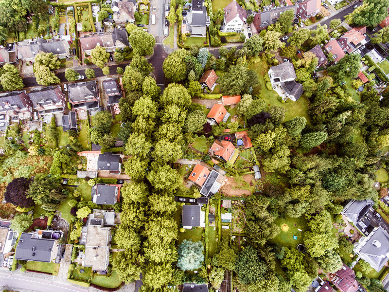 Den flyg- sikten av den holländska staden, hus med trädgårdar, gräsplan parkerar royaltyfri bild